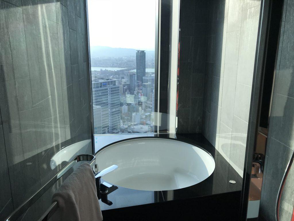 Conrad Osaka-浴室有圓型大浴缸