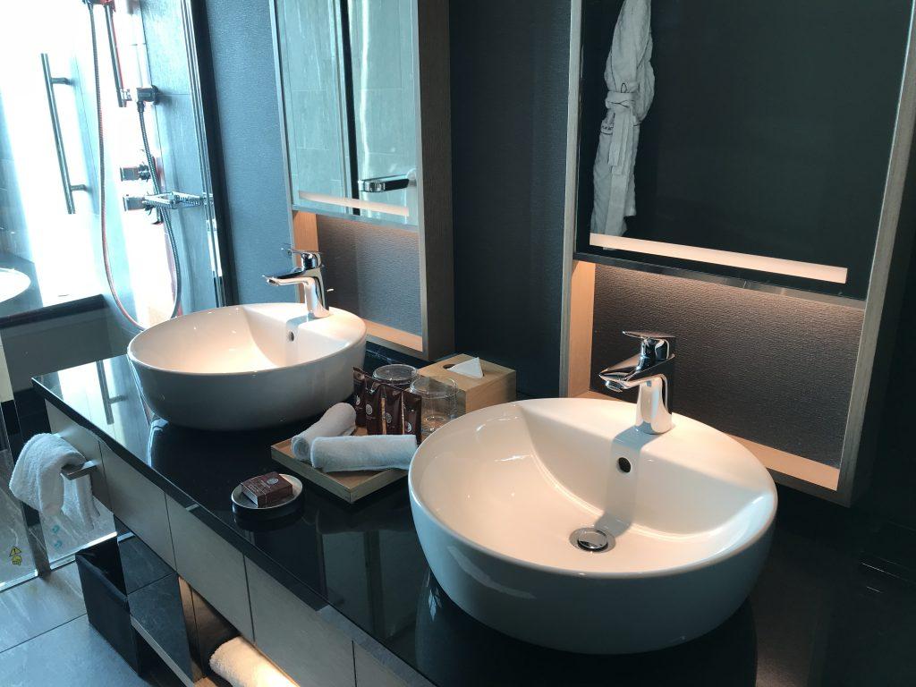 Conrad Osaka-浴室有兩個洗手盆