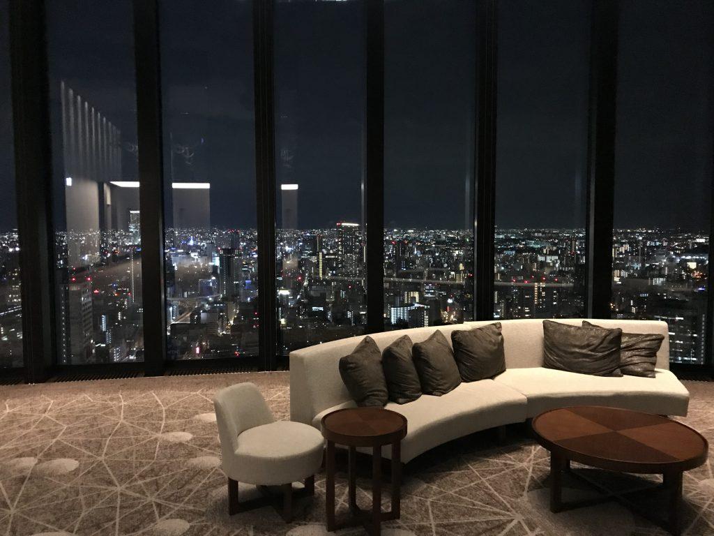 Conrad Osaka設施-酒店中庭有長沙發供人憩息