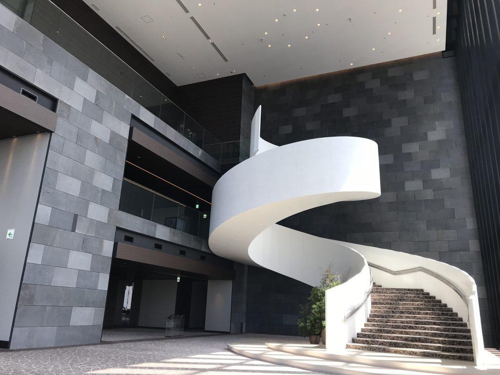 Conrad Osaka設施-酒店連接大堂及中庭的樓梯優美動人