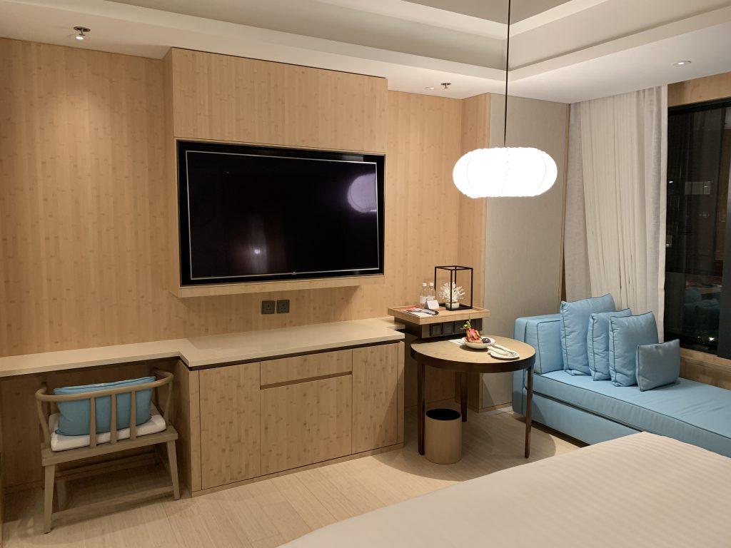 香港海洋公園萬豪酒店-書檯、電視、小飯檯,再加個長形靚沙發