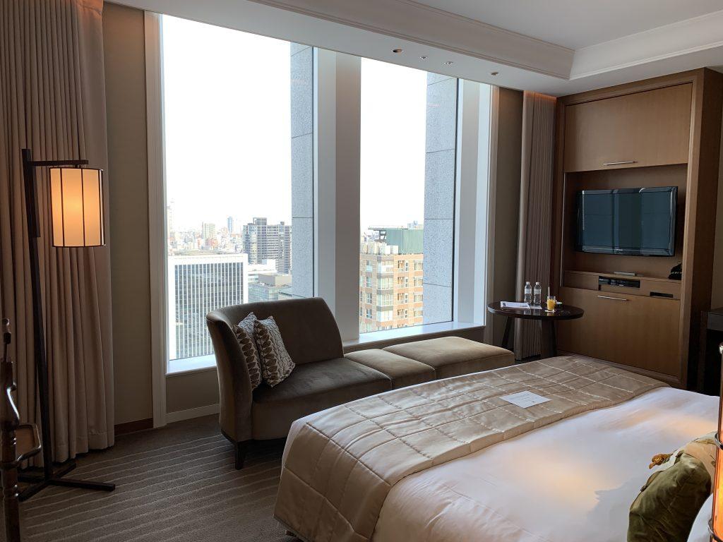 大阪瑞吉酒店-舒服的長沙發-右面壁櫃打開是電視機