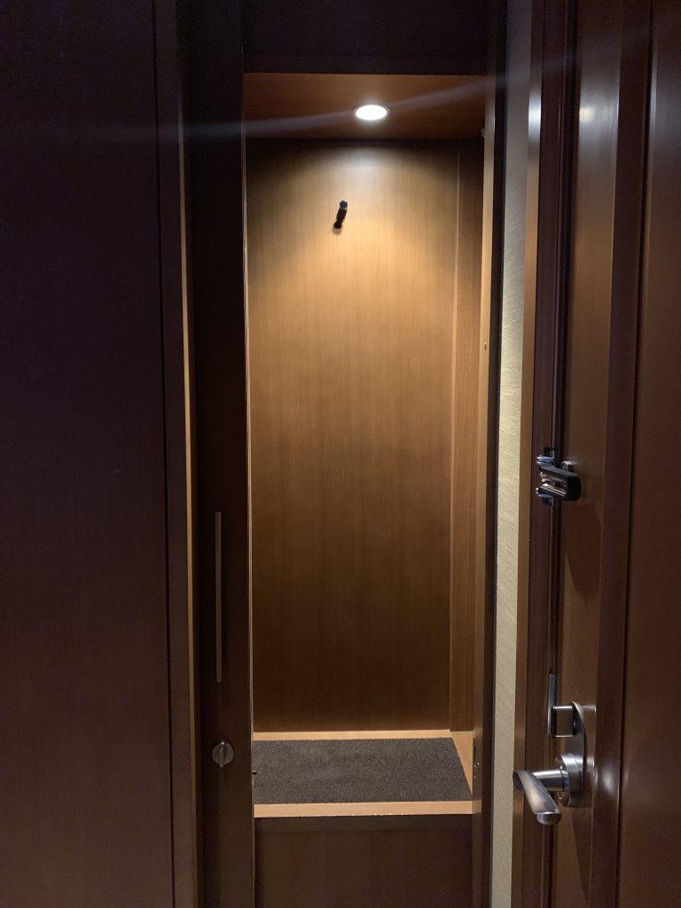 The St. Regis Osaka-房間門口有管家櫃,方便管家在不打擾住客情況下向房間傳遞物品,住客也可傳遞物品予管家