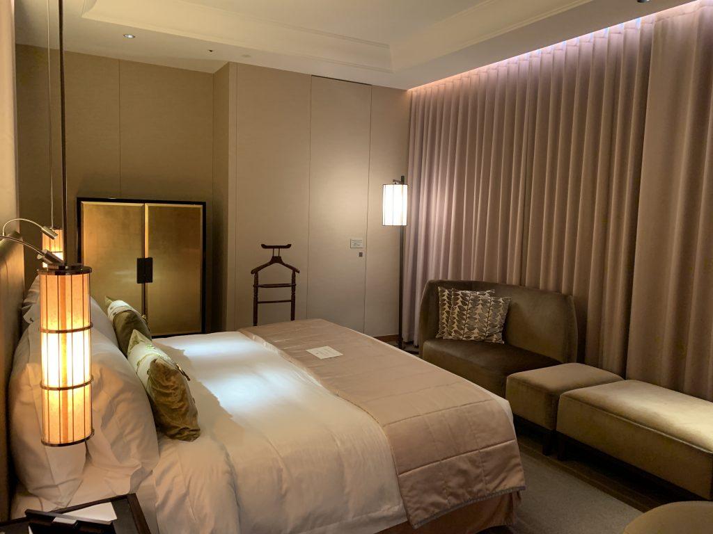 大阪瑞吉酒店-關上的窗簾的房間仍是光猛溫暖