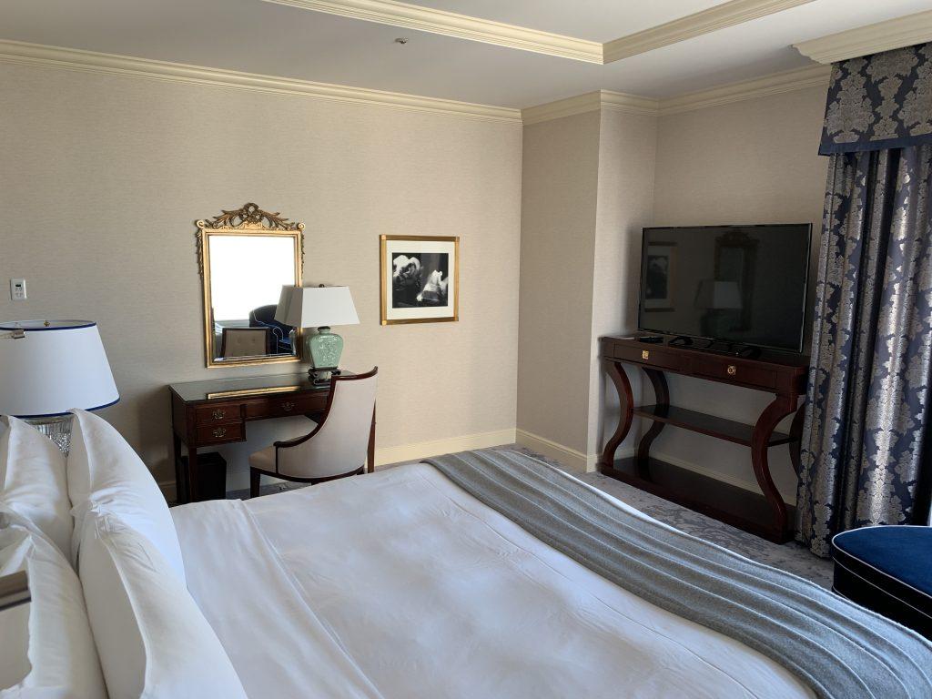 The Ritz-Carlton Osaka-梳妝桌及電視