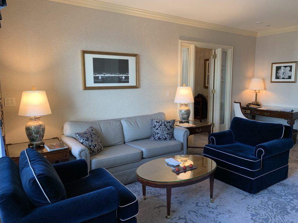 大阪麗思卡爾頓酒店-書桌在沙發後面