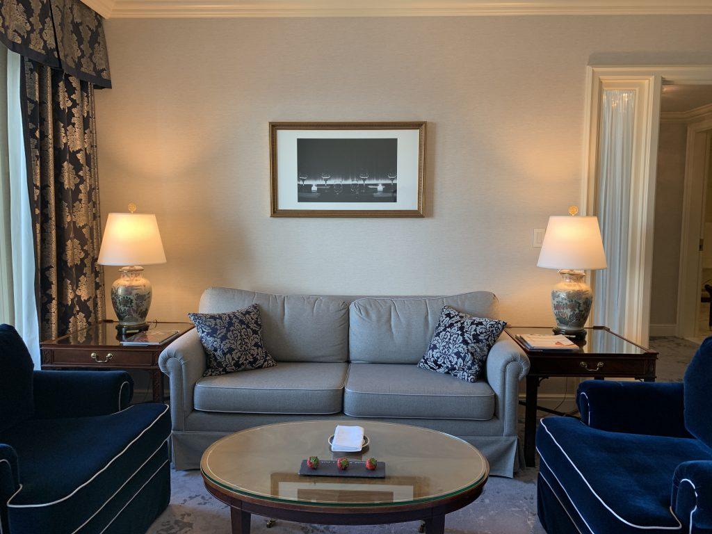大阪麗思卡爾頓酒店-客廳有三張舒服沙發