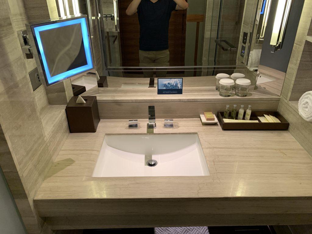 曼谷希爾頓素坤逸酒店-浴室洗手盆有塊LED燈鏡