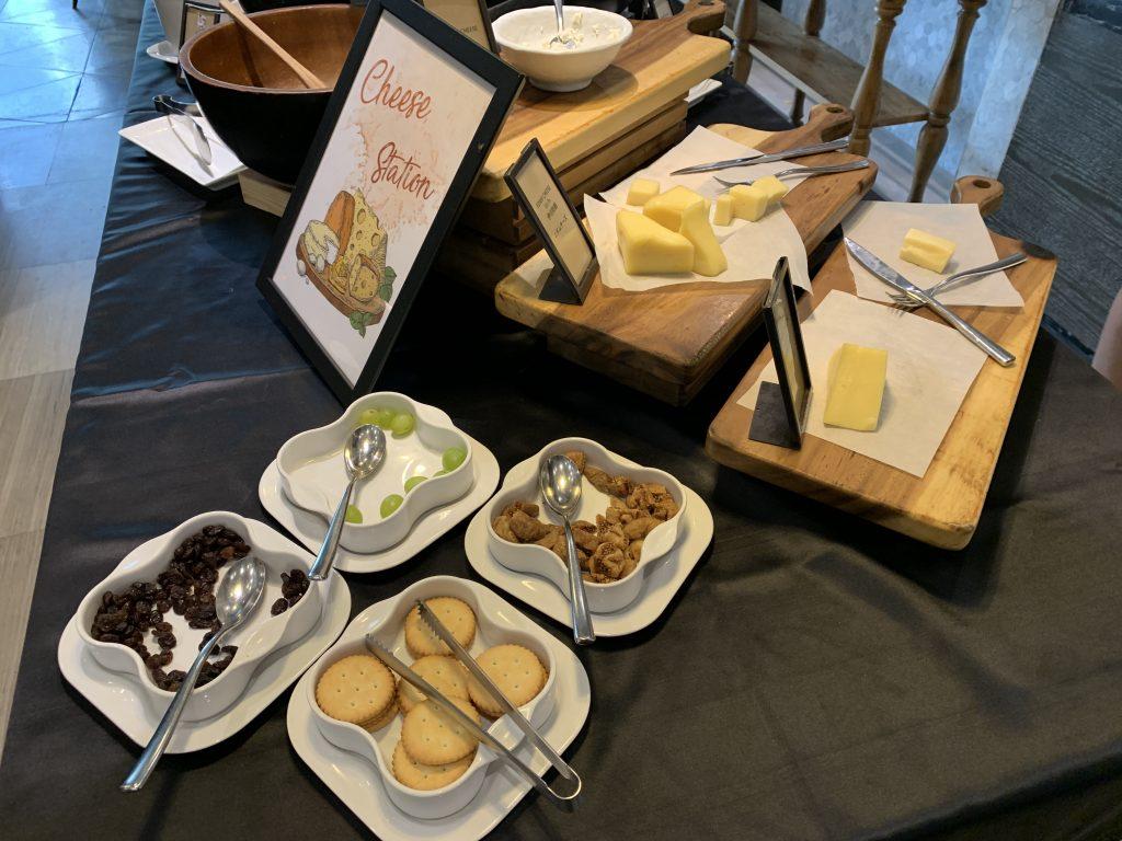 Hilton Sukhumvit Bangkok Scalini餐廳-芝士配麵包吃