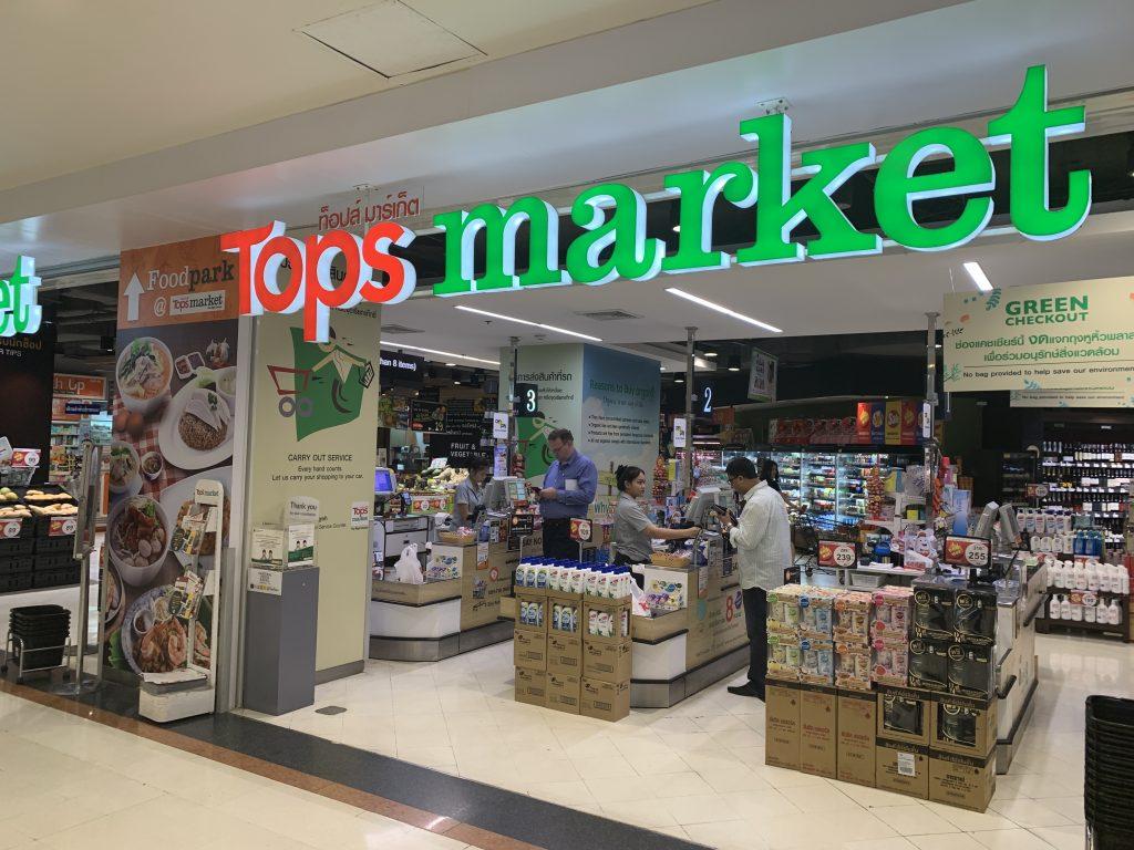購物中心内有當地知名超市Tops market