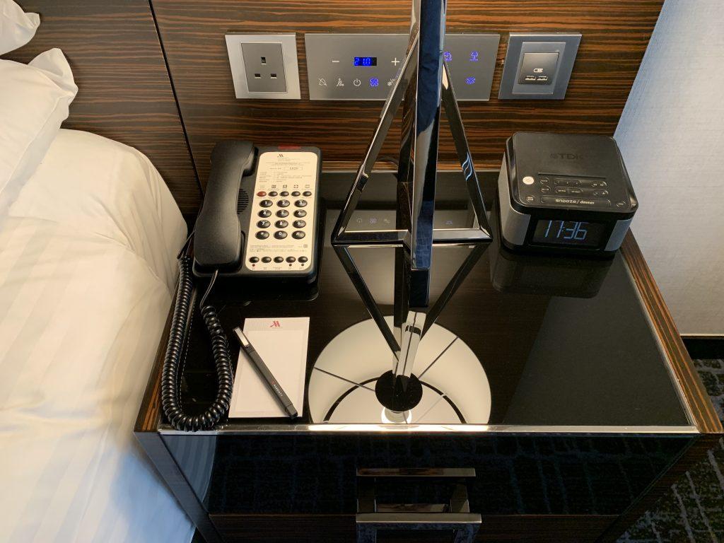香港天際萬豪酒店-床邊櫃有電話及鬥鐘
