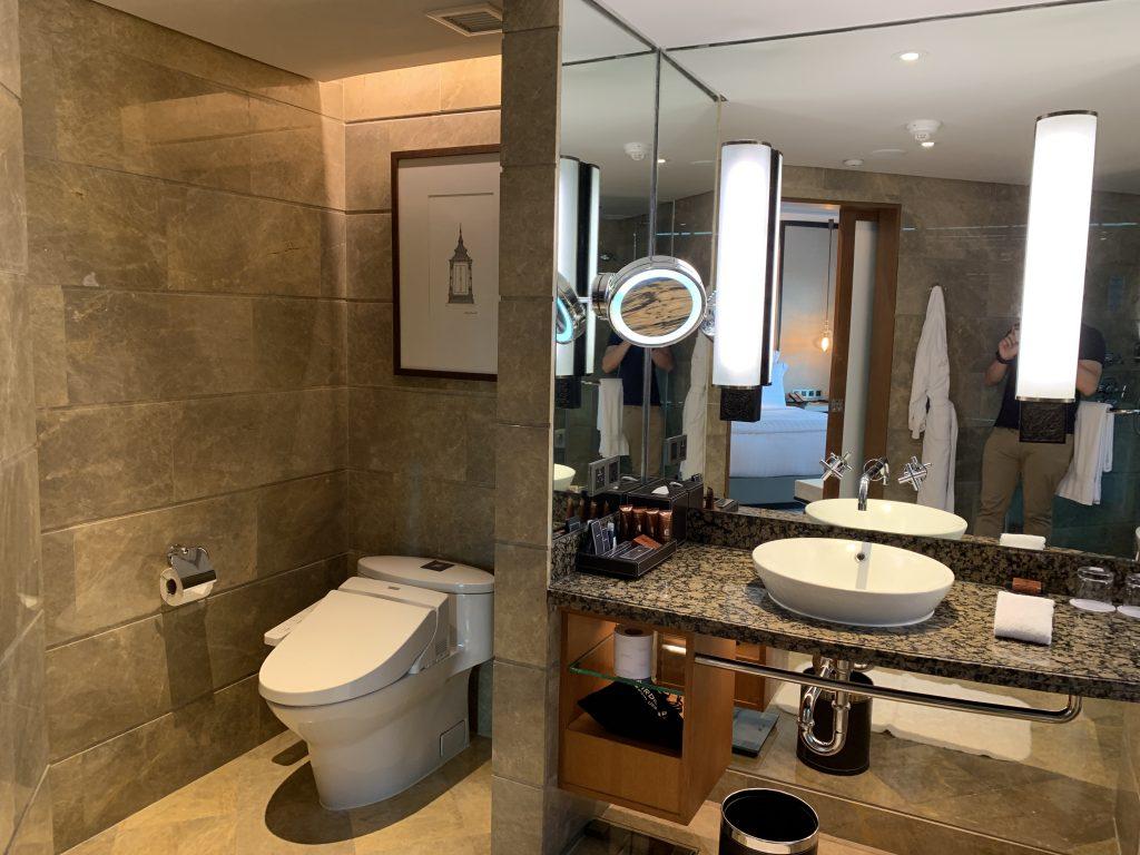 曼谷港麗酒店-浴室光線充足
