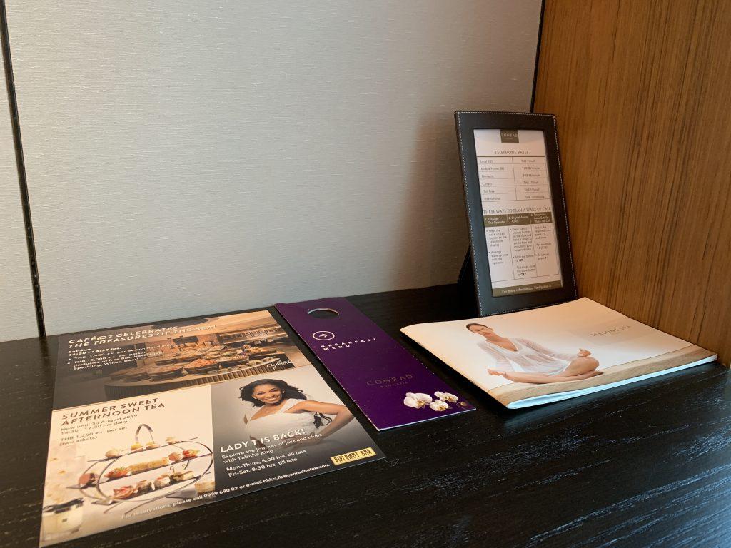 曼谷港麗酒店-工作檯有各種酒店服務小冊子