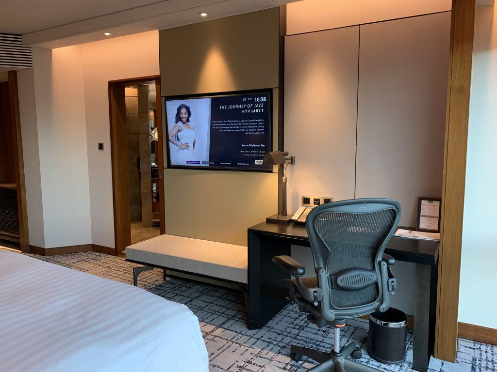曼谷港麗酒店-房間電視及工作檯