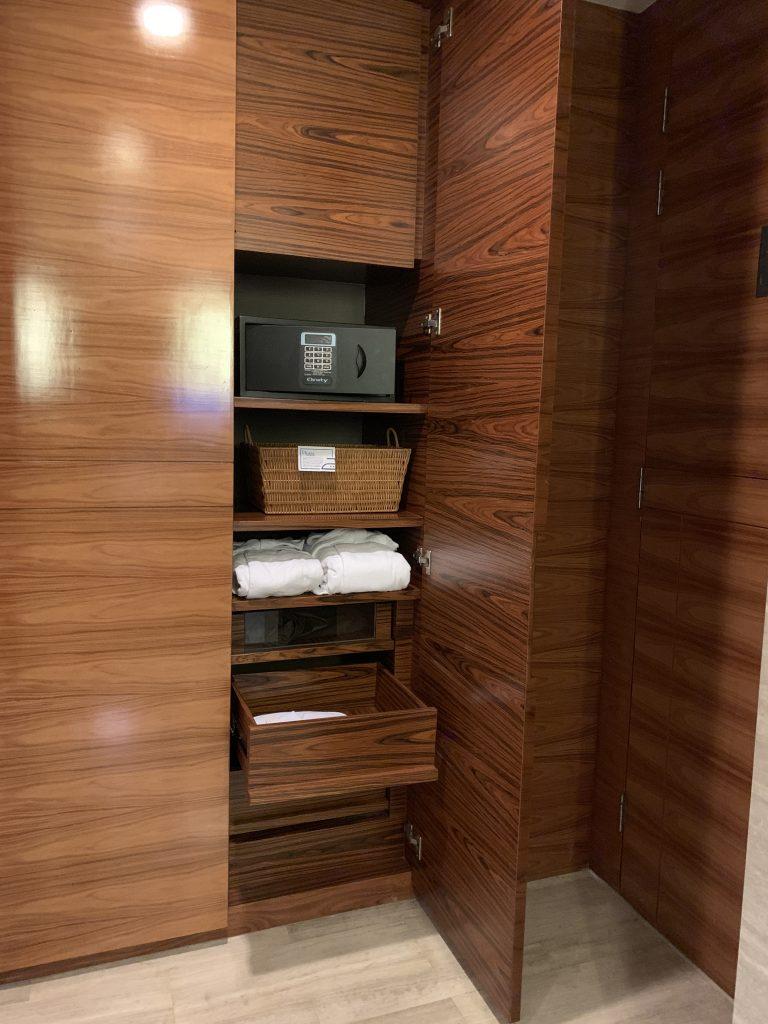 曼谷希爾頓素坤逸酒店-衣櫃內有保險櫃及浴袍