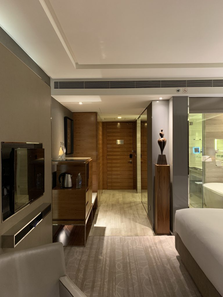 曼谷希爾頓素坤逸酒店-房間右側是浴室