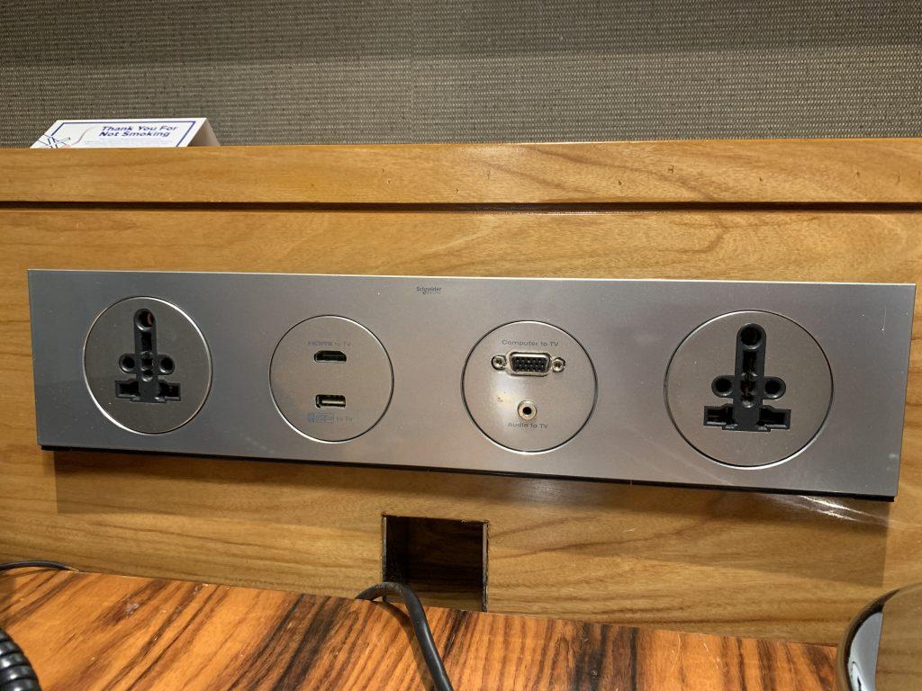 曼谷希爾頓素坤逸酒店-書桌隔鄰有各類插座可用