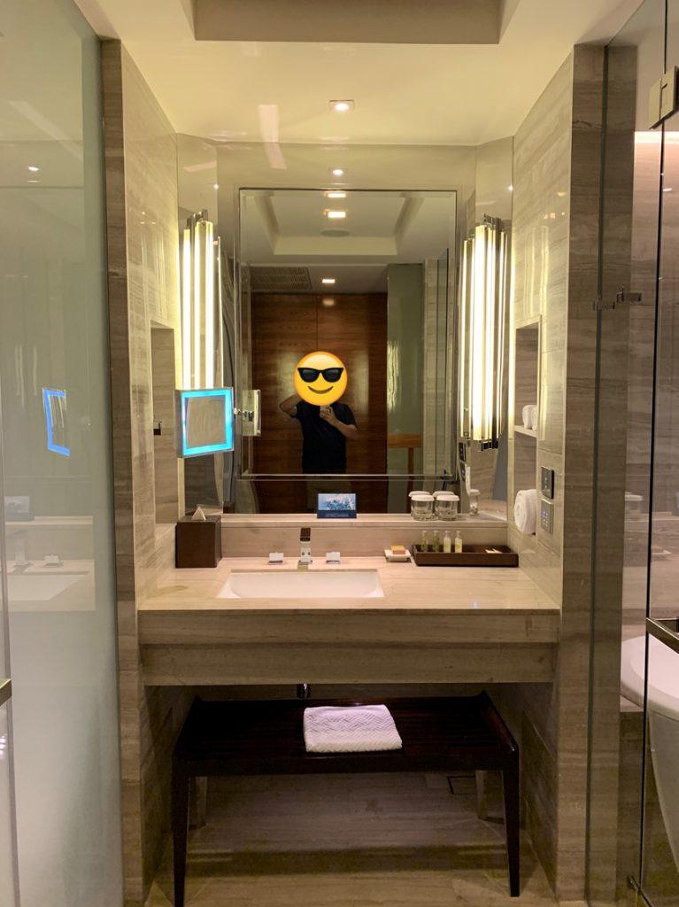 曼谷希爾頓素坤逸酒店-浴室光猛明亮