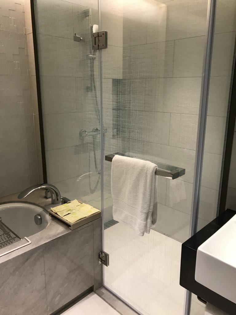 Hilton Taipei Sinban-浴缸右邊隔鄰是淋浴間