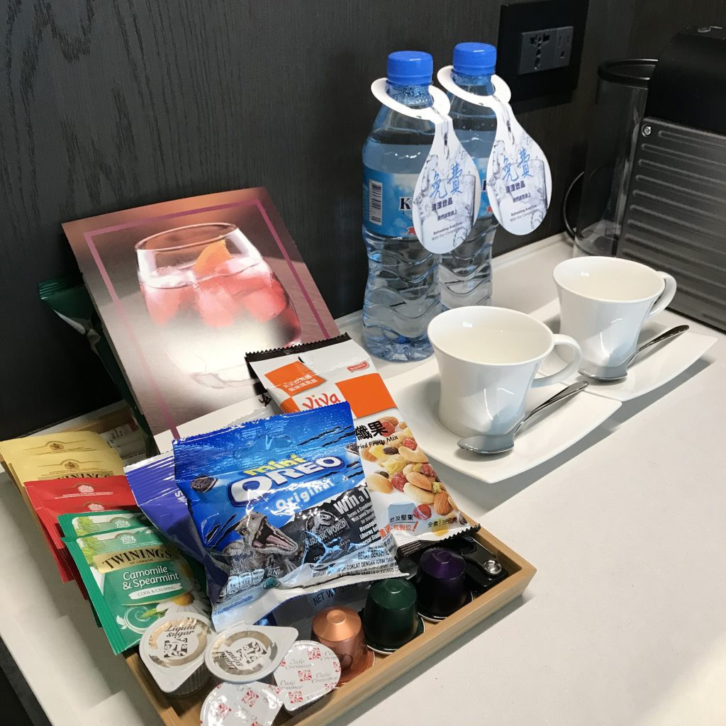 Hilton Taipei Sinban-房間餐飲吧有免費樽裝水、杯具、茶包、零食及咖啡膠囊