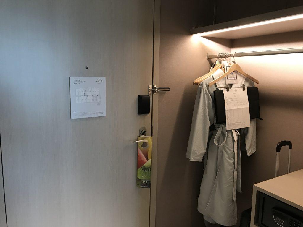 Hilton Taipei Sinban-房間衣櫃在門口隔鄰