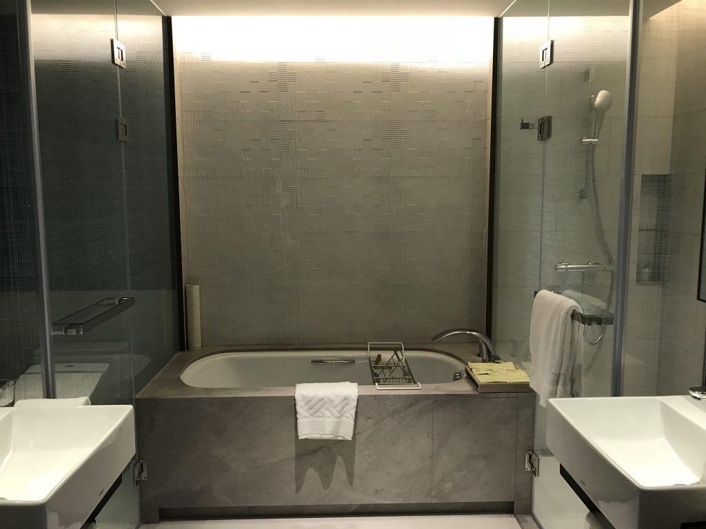 Hilton Taipei Sinban-房間浴室有左右兩個洗手盆