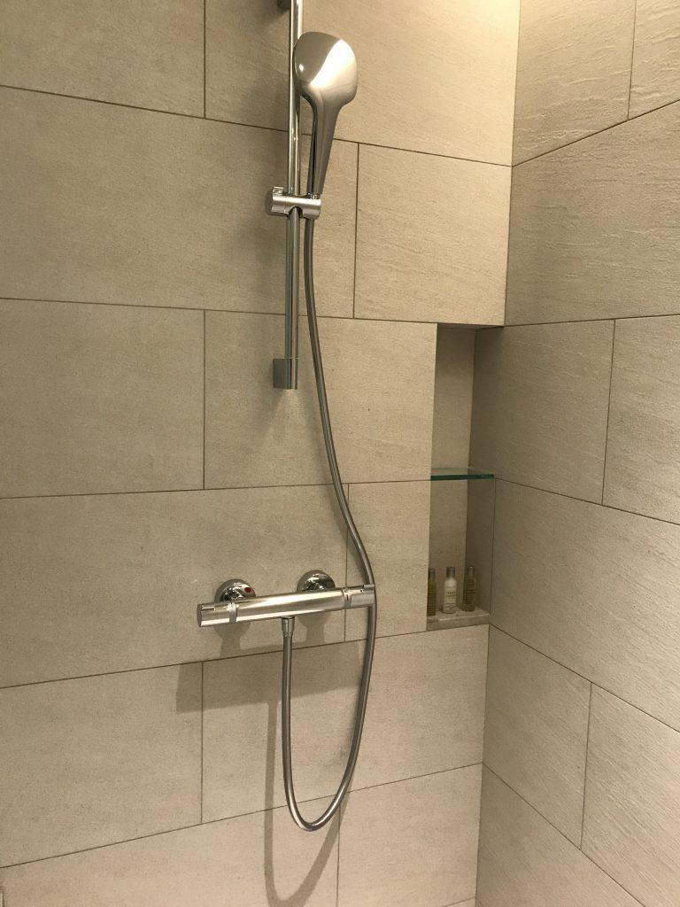 Hilton Taipei Sinban-淋浴間內的淋浴設備