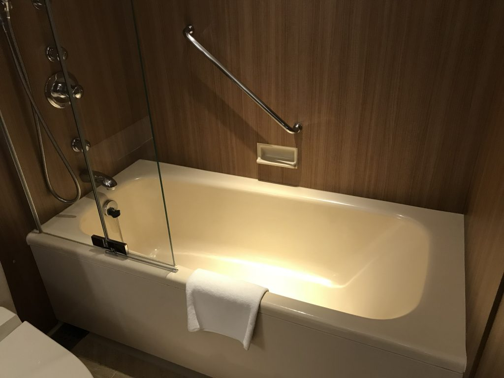 Hilton Nagoya-浴室的淋浴設備與浴缸共處一室