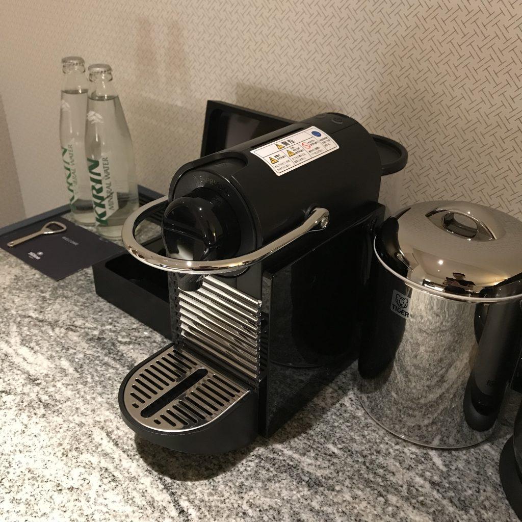 名古屋希爾頓酒店-餐飲吧有兩樽礦泉水、Nespresso 咖啡機及熱水壼