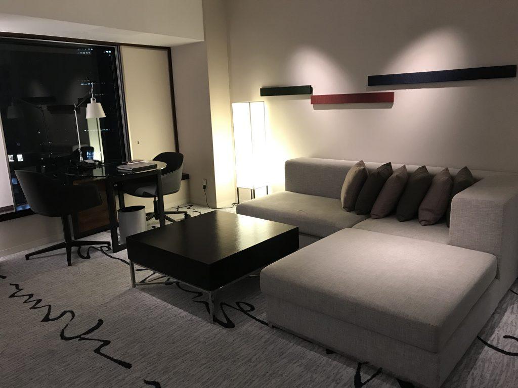 東京希爾頓酒店-套房放置了L字形沙發,沙發隔鄰是書桌