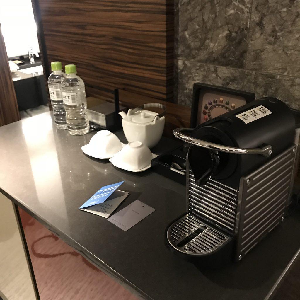 Hilton Tokyo-餐飲吧有免費樽裝水、茶具、 Nespresso 咖啡機及咖啡膠囊