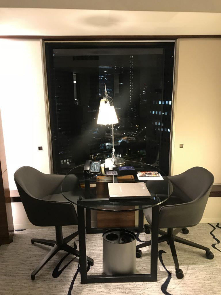 東京希爾頓酒店-書桌靠近日式窗,可欣賞東京都市景致