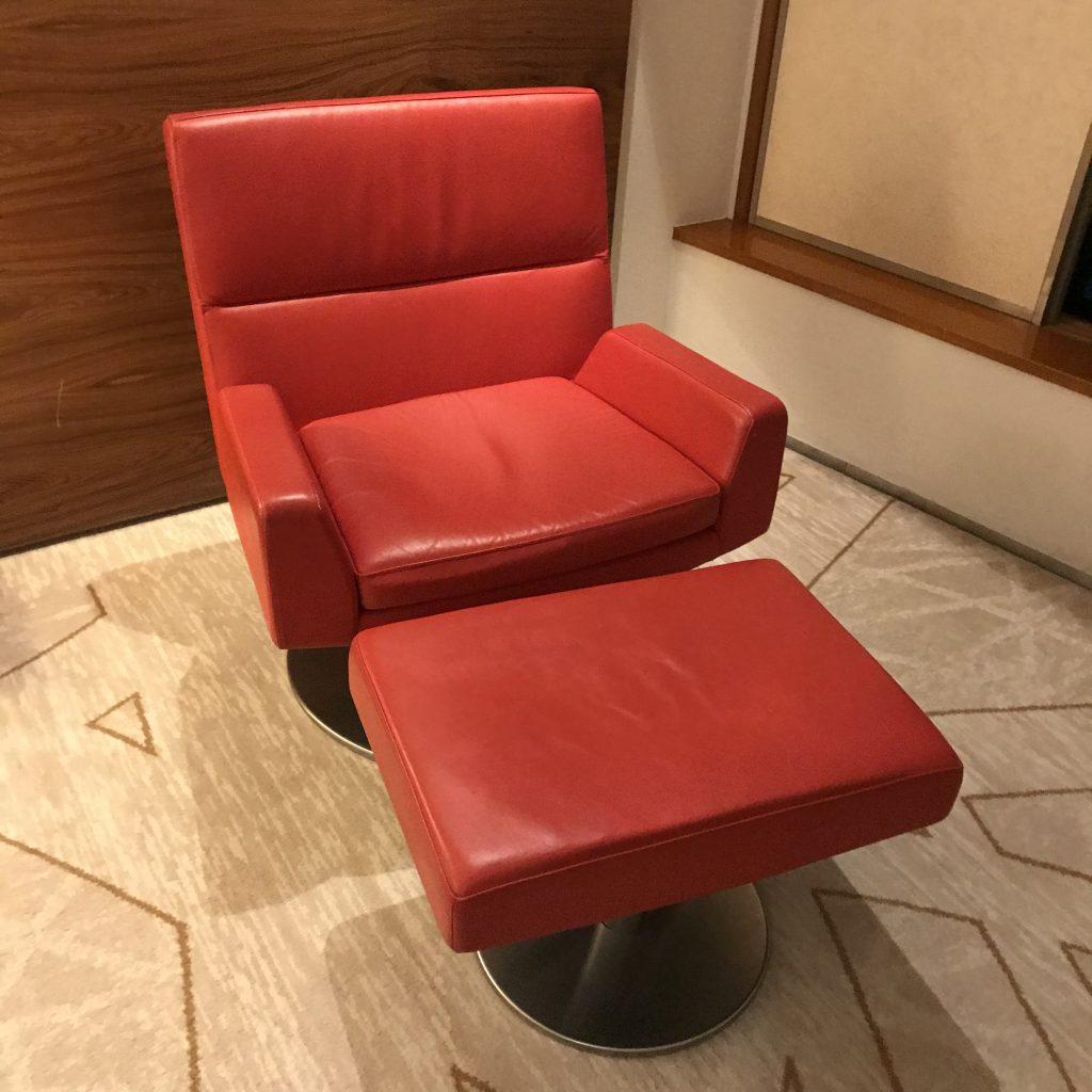 東京希爾頓酒店-可以翹腳的紅色椅子