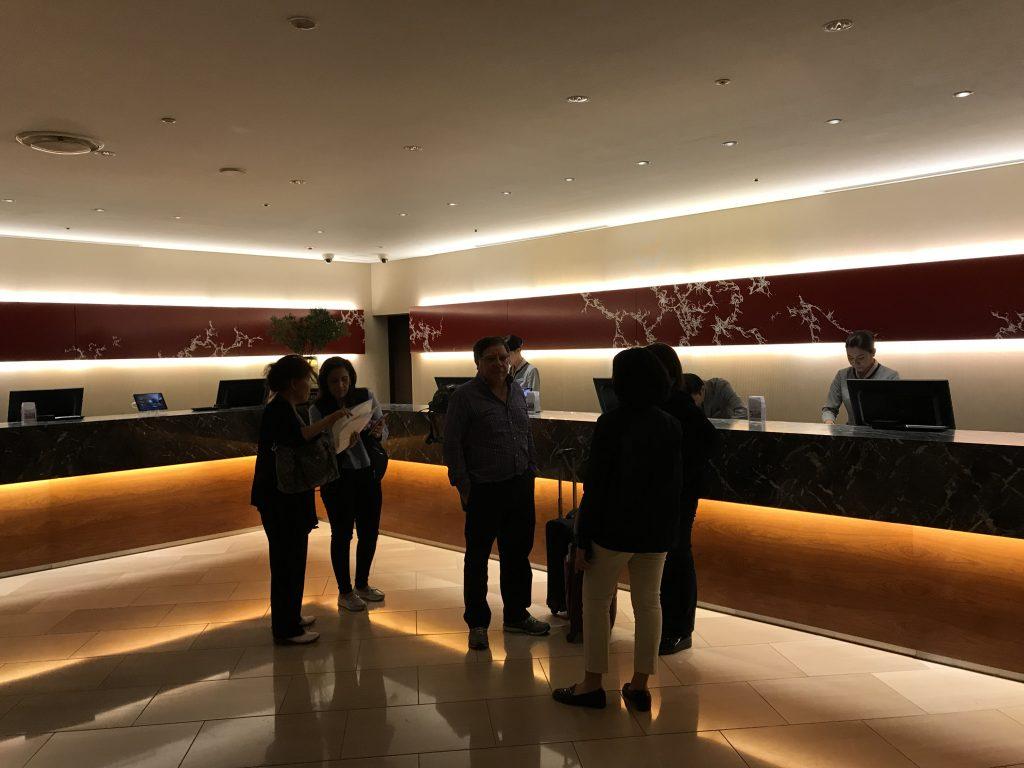 東京希爾頓酒店設施-酒店接待處人來人往