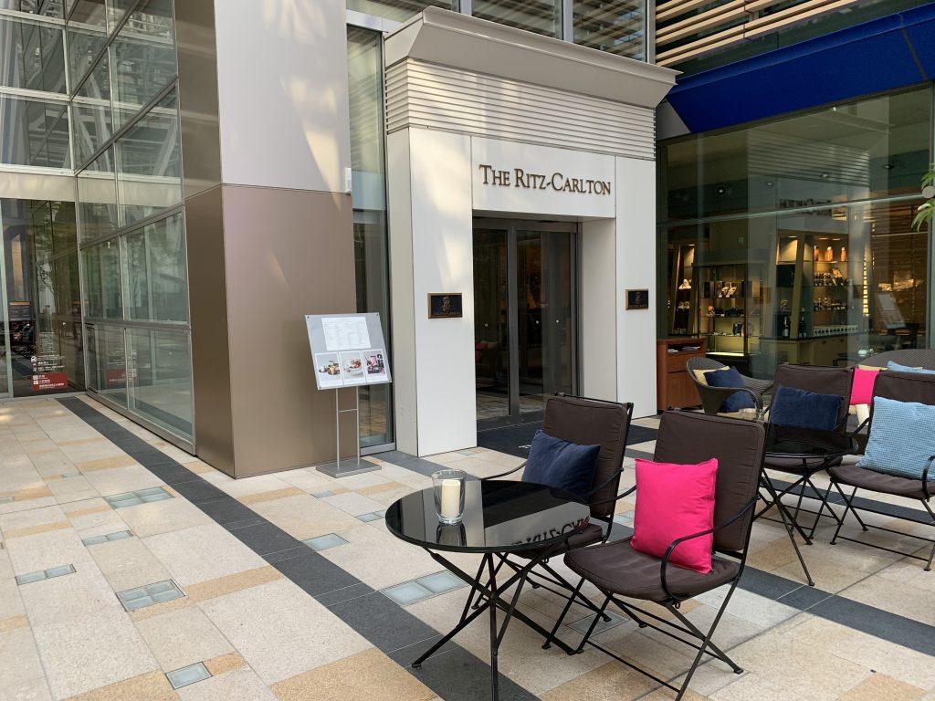 東京麗思卡爾頓酒店交通-乘搭扶手電梯,便到達酒店側門入口,位於咖啡室The Ritz-Carlton Café & Deli旁邊