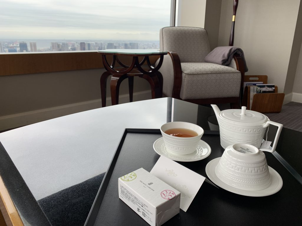 東京麗思卡爾頓酒店-套房客廳放置茶具及迎賓茶包