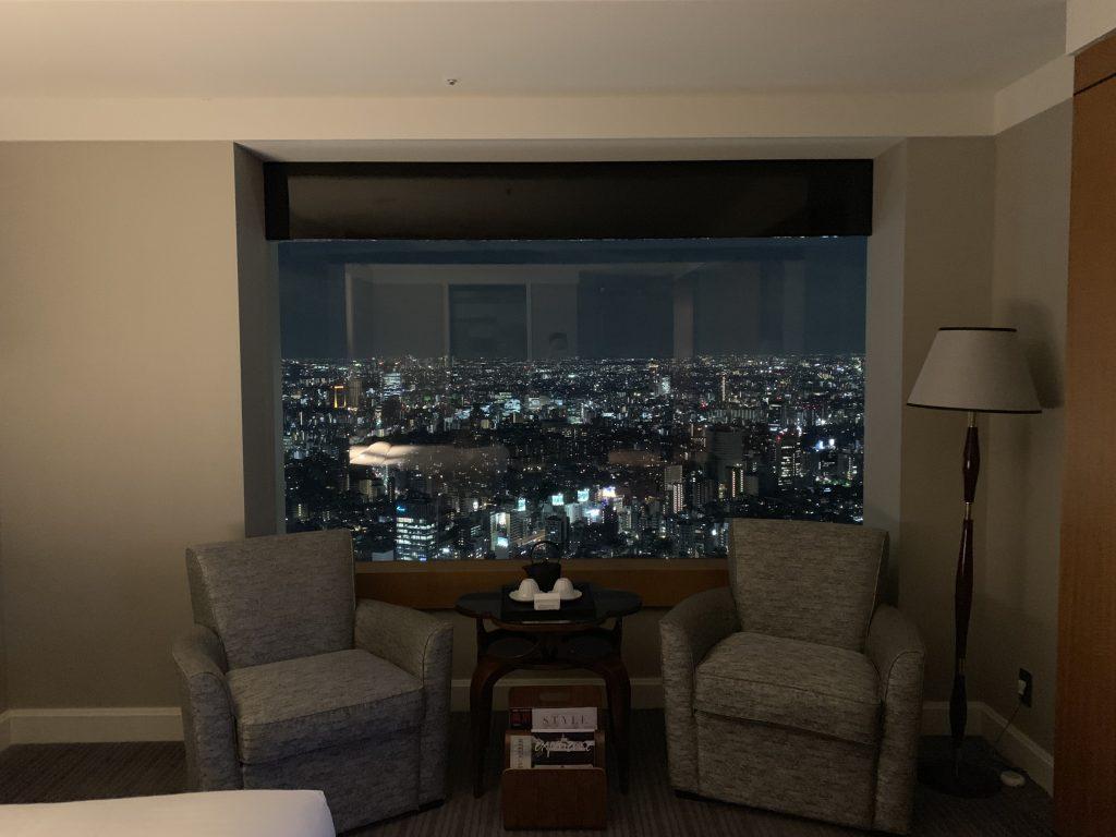 The Ritz-Carlton Tokyo-房間有兩個單人沙發靠在窗邊