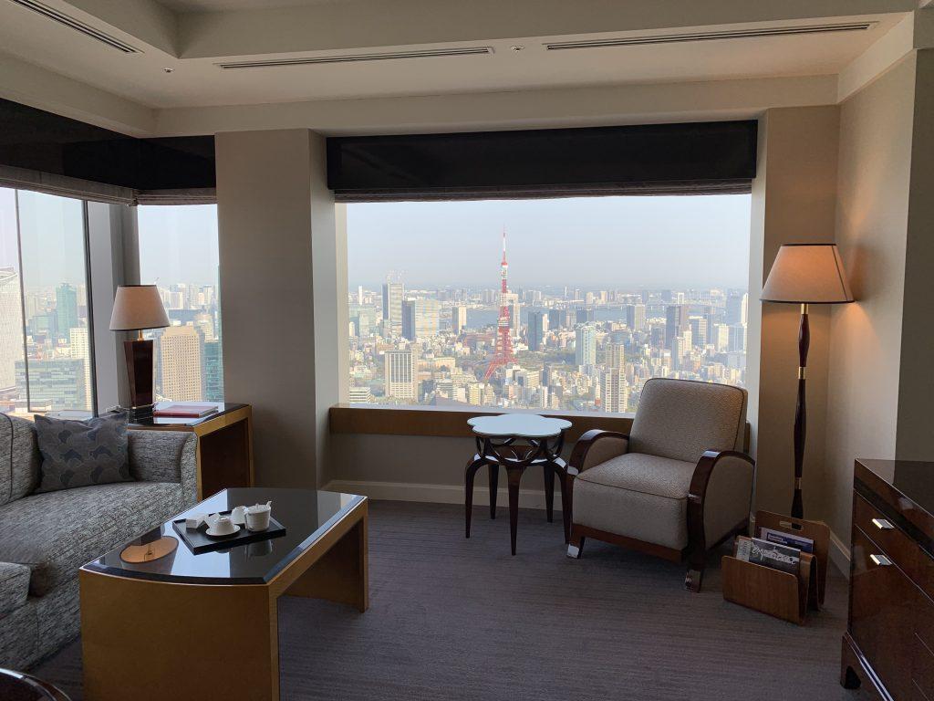 東京麗思卡爾頓酒店-客廳位於套房盡頭角落,視野開揚