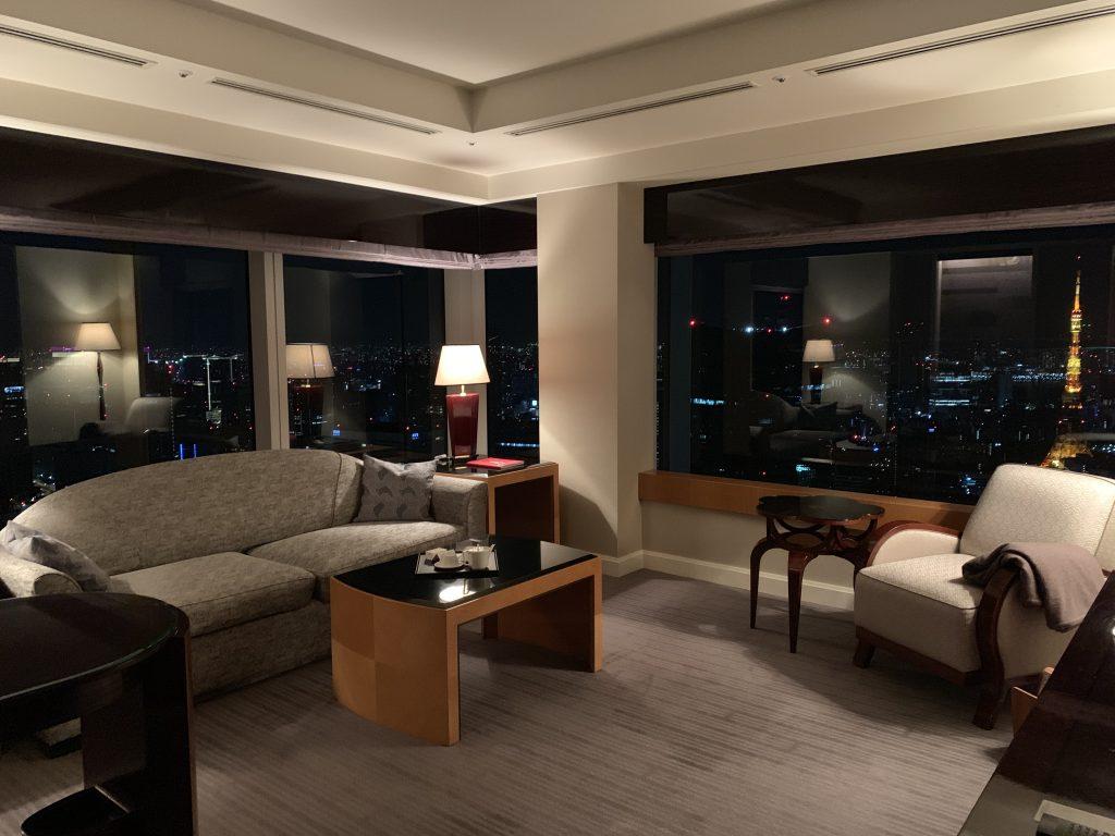 東京麗思卡爾頓酒店-套房客廳夜間環境