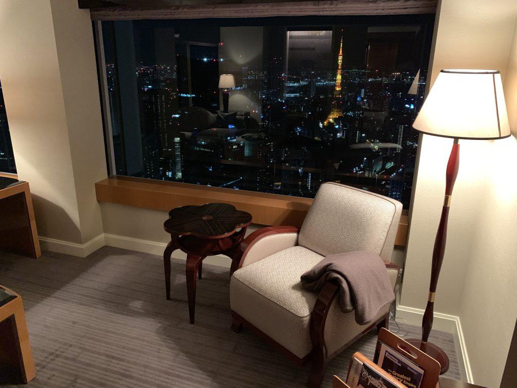 The Ritz-Carlton Tokyo-套房客廳有單人沙發靠在窗邊