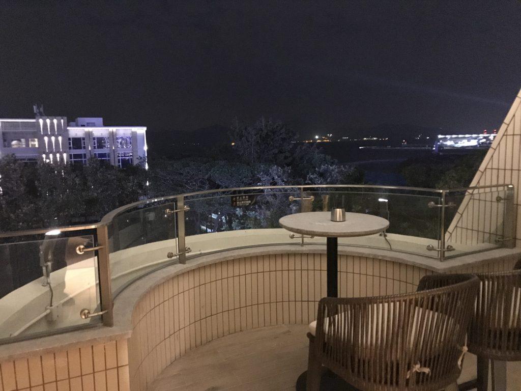深圳蛇口希爾頓南海酒店-房間露台可欣賞對面深圳灣的景色