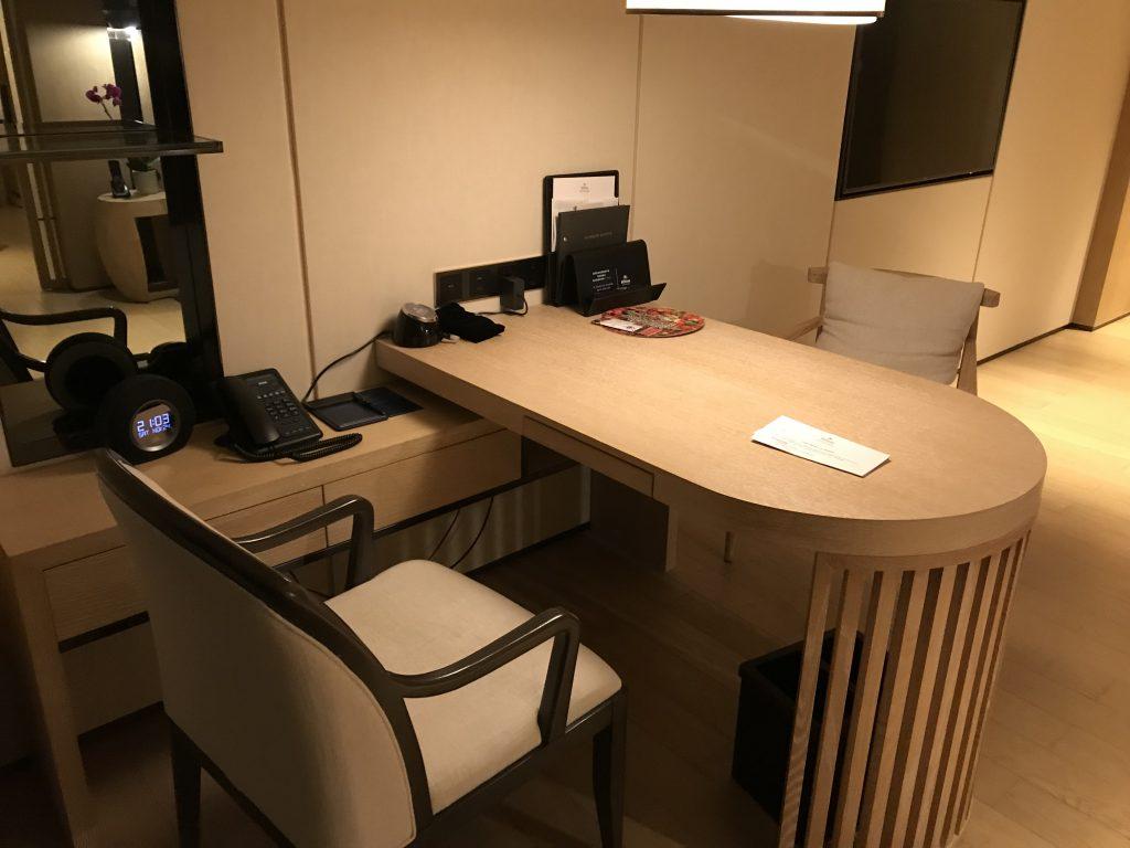 深圳蛇口希爾頓南海酒店-書桌設罝了鬧鐘、電話、各式插座及酒店設施小冊子