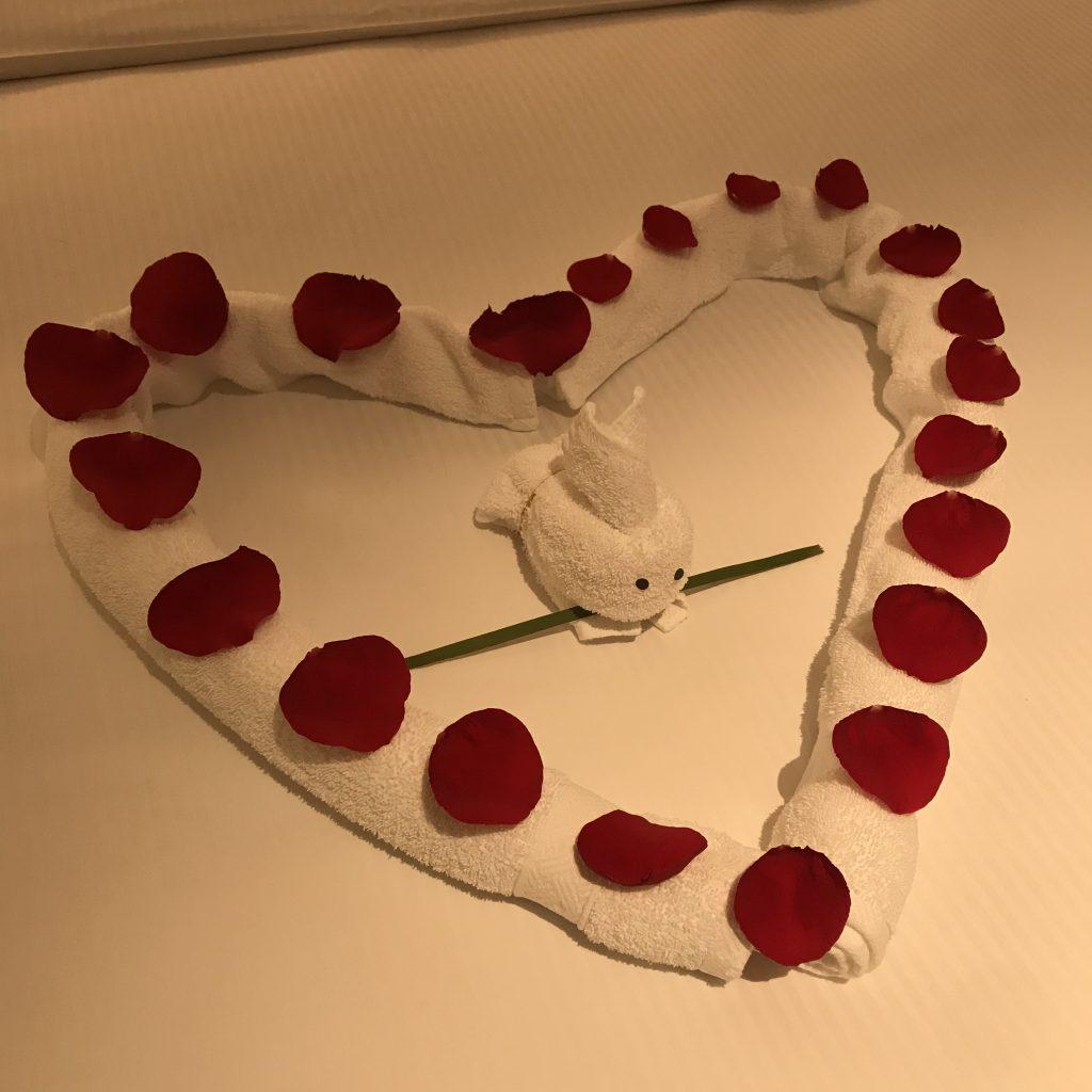 Hilton Shenzhen Shekou Nanhai-近睇個心係用玫魂花瓣裝飾,中間有隻用毛巾摺出來的小白免