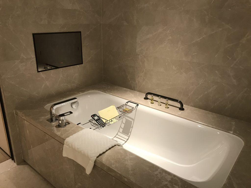 Hilton Shenzhen Shekou Nanhai-浴缸有小型電視屏幕