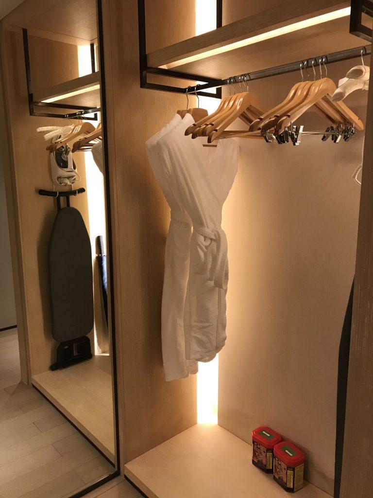 深圳蛇口希爾頓南海酒店-客廳旁邊是一個的衣帽間,再前行就是浴室