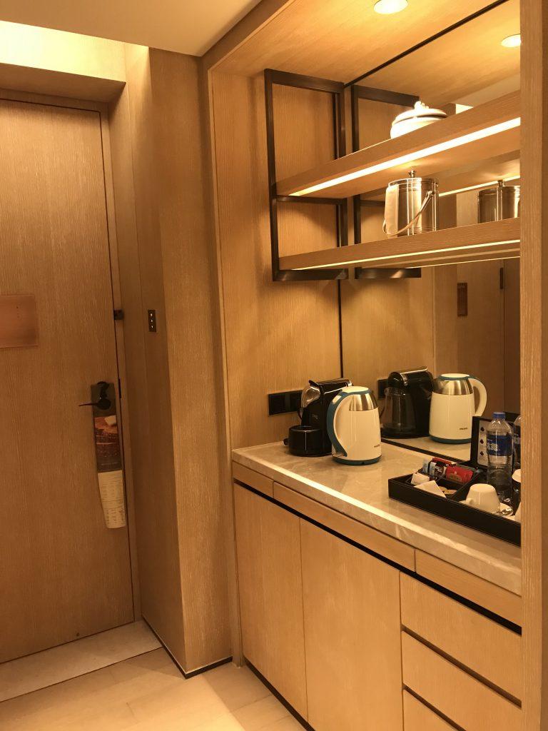 深圳蛇口希爾頓南海酒店-一入房間就見到餐飲櫃