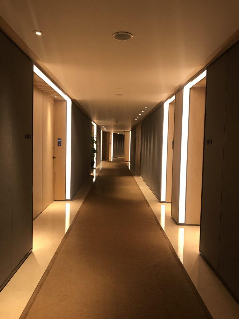 深圳蛇口希爾頓南海酒店-酒店房間樓層走廊夠光亮