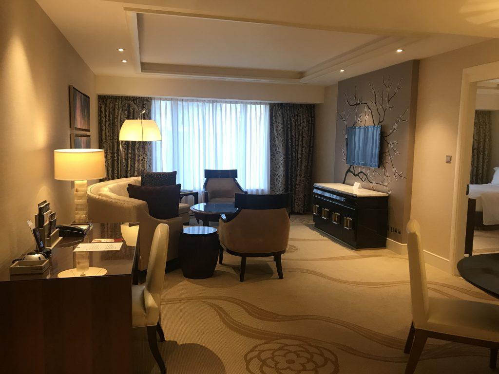 澳門金沙城中心康萊德酒店-客廳十分寬敞,左邊是書桌,中間是沙發區