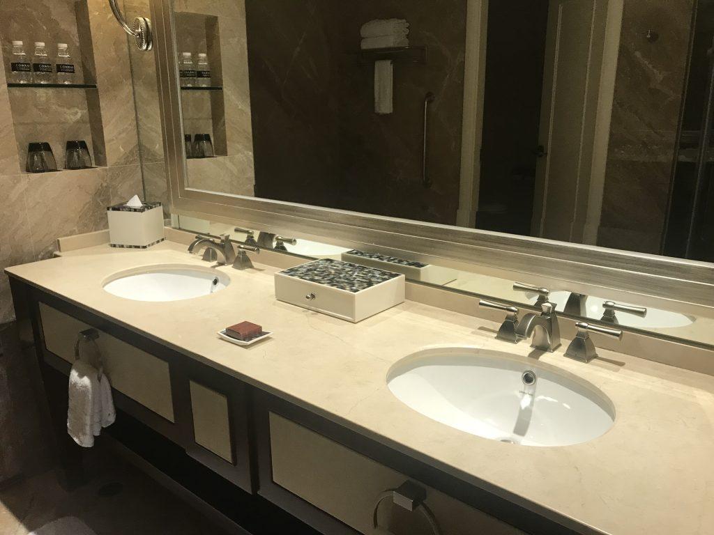 Conrad Macao Cotai Central-浴室有兩個洗手盆