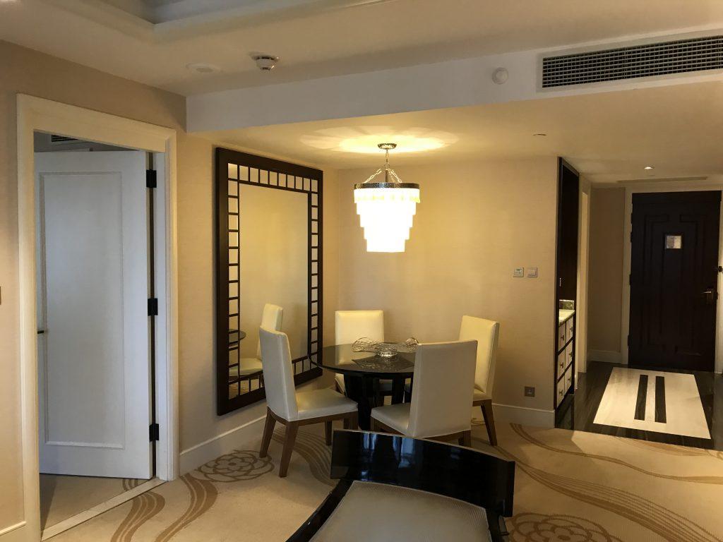 澳門金沙城中心康萊德酒店-飯桌區,左邊隔鄰是睡房入口